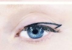 It's so easy to get the perfect eyeliner in four easy steps! Try it!