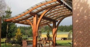 A wooden pergola gives the garden a wonderfully cozy atmosphere ...