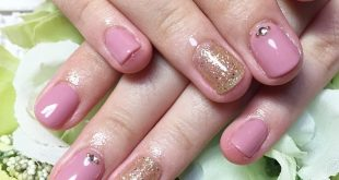 Customer nail Gold glitter is added to one color of dull pink